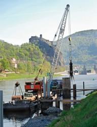 Těžba balvanitých štěrků pod ochranou pažnice při budování dalb dolního čekacího stání; Střekov, Ústí nad Labem
