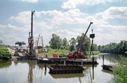 Beranění ocelových provizorních podpor pro skruž mostní estakády přes řeku Odru na obchvatu Ostravy na dálnici D47