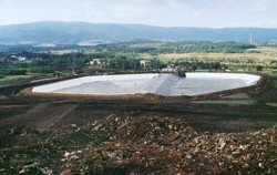 Horizontal sealing of a ground reservoir