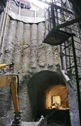 Zapažení stavební šachty při výstavbě pražských kolektorů stěnou z převrtávaných velkoprůměrových pilot