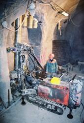 Hloubení dovrchního přípojkového vrtu při výstavbě pražských kolektorů