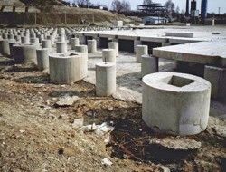 Finished deep foundations with heads with callices for a reinforced concrete skeleton column assembly