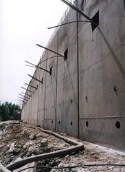 Pohled na odkrytou prefabrikovanou podzemní stěnu, kotvenou v jedné úrovni