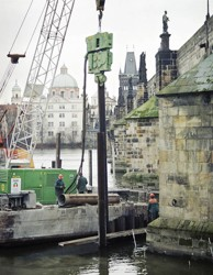 Vibrování štětovnic do předvrtu vytvořeného průběžným šnekem, vyplněného jílocementovou suspenzí; ochrana pilířů č. 8 a 9 Karlova mostu v Praze