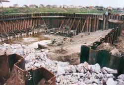 Beraněná jímka ze štětových stěn vzepřených do kotevních prvků ze štětovnic; rekonstrukce velké plavební komory České Kopisty na Labi